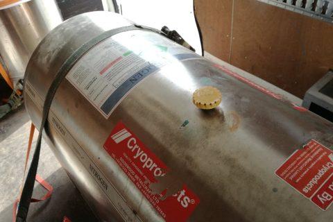 Duży zbiornik zciekłym azotem
